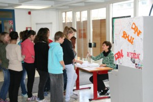 urnengang-am-montag-in-der-mittelschule-